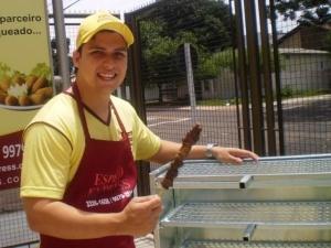 """Rodrigo Gavilon trocou a profissão de bancário pela de """"churrasqueiro""""."""